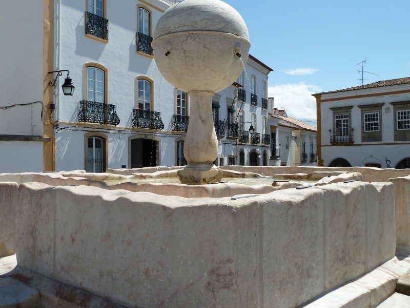 Evora fountain